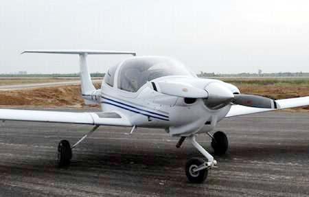 加油等机场设施,并且有巨额注册资金和3架以上的飞