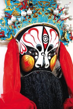 从此赵永岐制作的京剧脸谱艺术品,陆续出现在王府井工艺美术大厦,燕莎