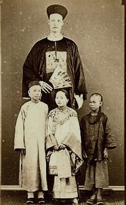 """,据说是迄今""""世界身高最高""""的长人詹世钗.照片于1880年左右摄"""
