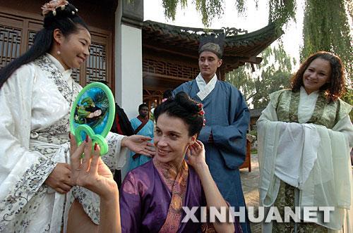 新华社记者 张旭 摄-组图 20多名在京外国人穿汉服庆祝中秋节