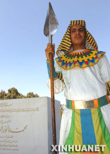 5日,一名身穿古埃及服饰的卫兵在位于开罗的埃及前总统萨达特之图片