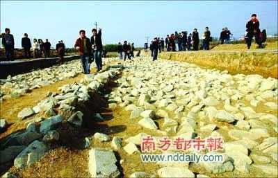 向前延伸的碎石块组成的是古城墙的宽,宽度在40-60米之间,可以想象当初的古城墙非常雄伟。