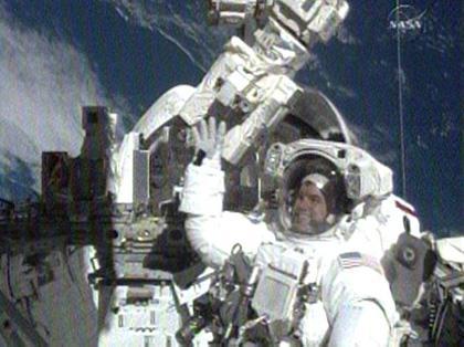 图为美国宇航员雷克斯?瓦尔海姆在进行太空行。(图片来自:NASA)