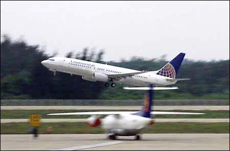 图文:接美国肇事飞机机组人员的飞机起飞