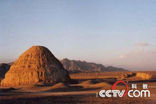 人文历史景观有西夏王陵,贺兰山岩画,拜寺口双塔,三关口明长城,水洞沟