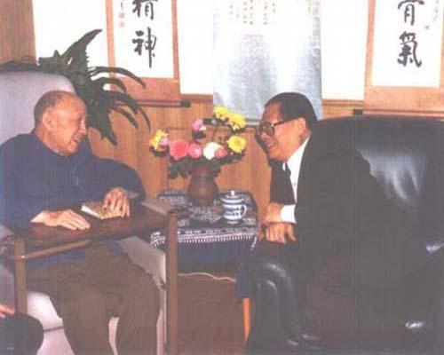 江泽民与钱学森亲切交谈(1996年)